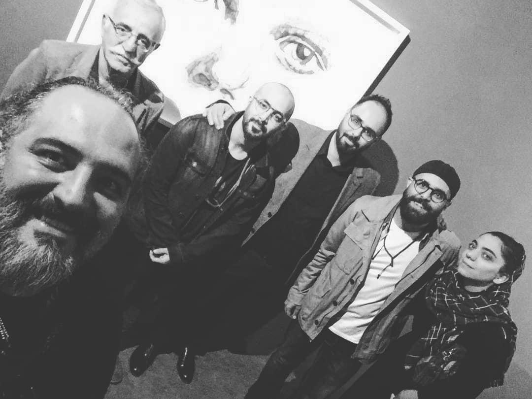 تصویری از عبدالله اسکندری، طراح گریم و تهیه کننده سینما و تلویزیون در پشت صحنه یکی از آثارش به همراه بابک اسکندری