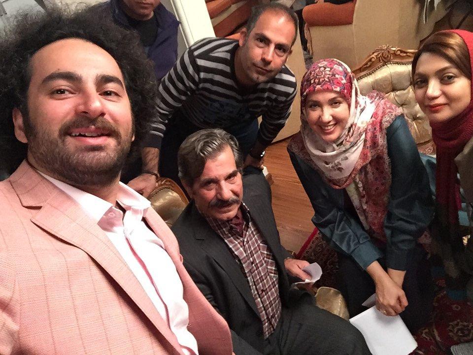 تصویری از عزتالله مهرآوران، بازیگر و نویسنده سینما و تلویزیون در پشت صحنه یکی از آثارش به همراه سیدهومن شاهی