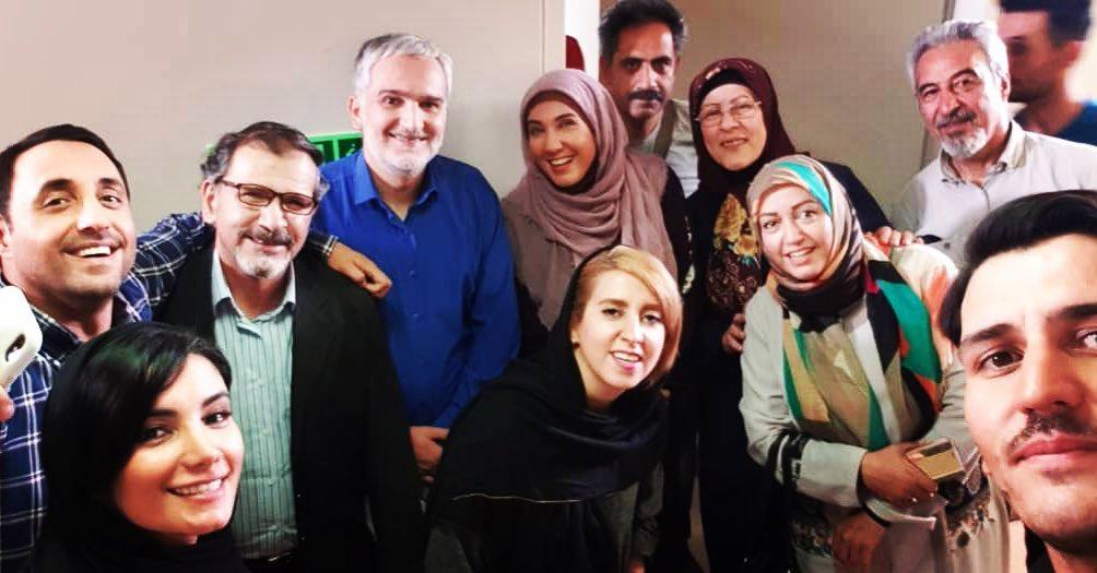 تصویری از امیرحسین رستمی، بازیگر و مهمان سینما و تلویزیون در پشت صحنه یکی از آثارش به همراه بیژن بنفشهخواه، فرخنده فرمانیزاده، افشین سنگچاپ و مریم سرمدی