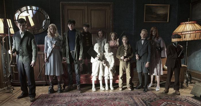 Pixie Davies در صحنه فیلم سینمایی خانه دوشیزه پرگرین برای بچه های عجیب به همراه میلو پارکر، Ella Purnell، Raffiella Chapman، ایسا باترفیلد و Lauren McCrostie