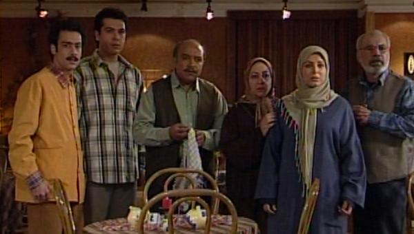 جمشید اسماعیلخانی در صحنه سریال تلویزیونی رستوران خانوادگی به همراه مریم سعادت، کوروش تهامی، رضا خندان، نیما فلاح و شهره سلطانی