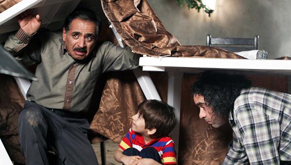 حسن معجونی در صحنه سریال تلویزیونی شمعدونی به همراه قدرتالله ایزدی و عرفان برزین