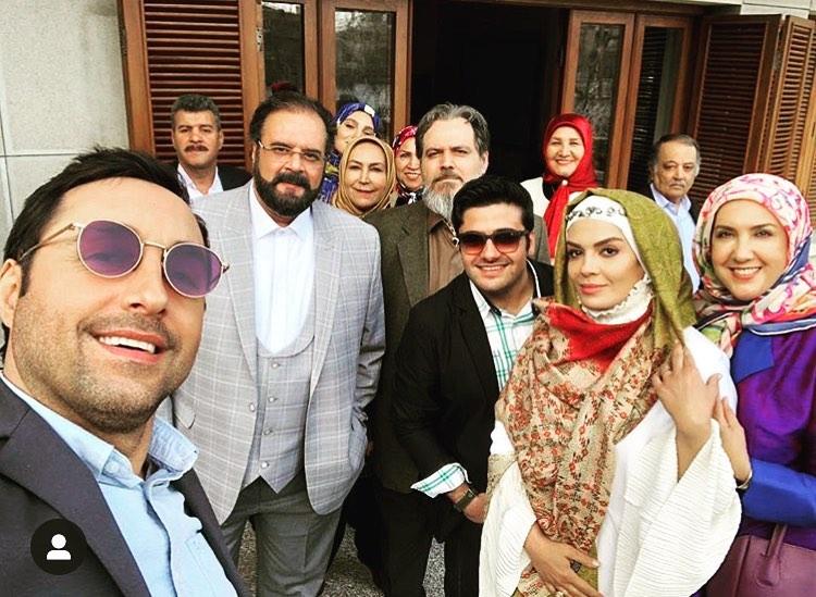 تصویری از سیدمهرداد ضیایی، بازیگر سینما و تلویزیون در پشت صحنه یکی از آثارش به همراه هومن برقنورد، امیرحسین رستمی و سارا خوئینیها