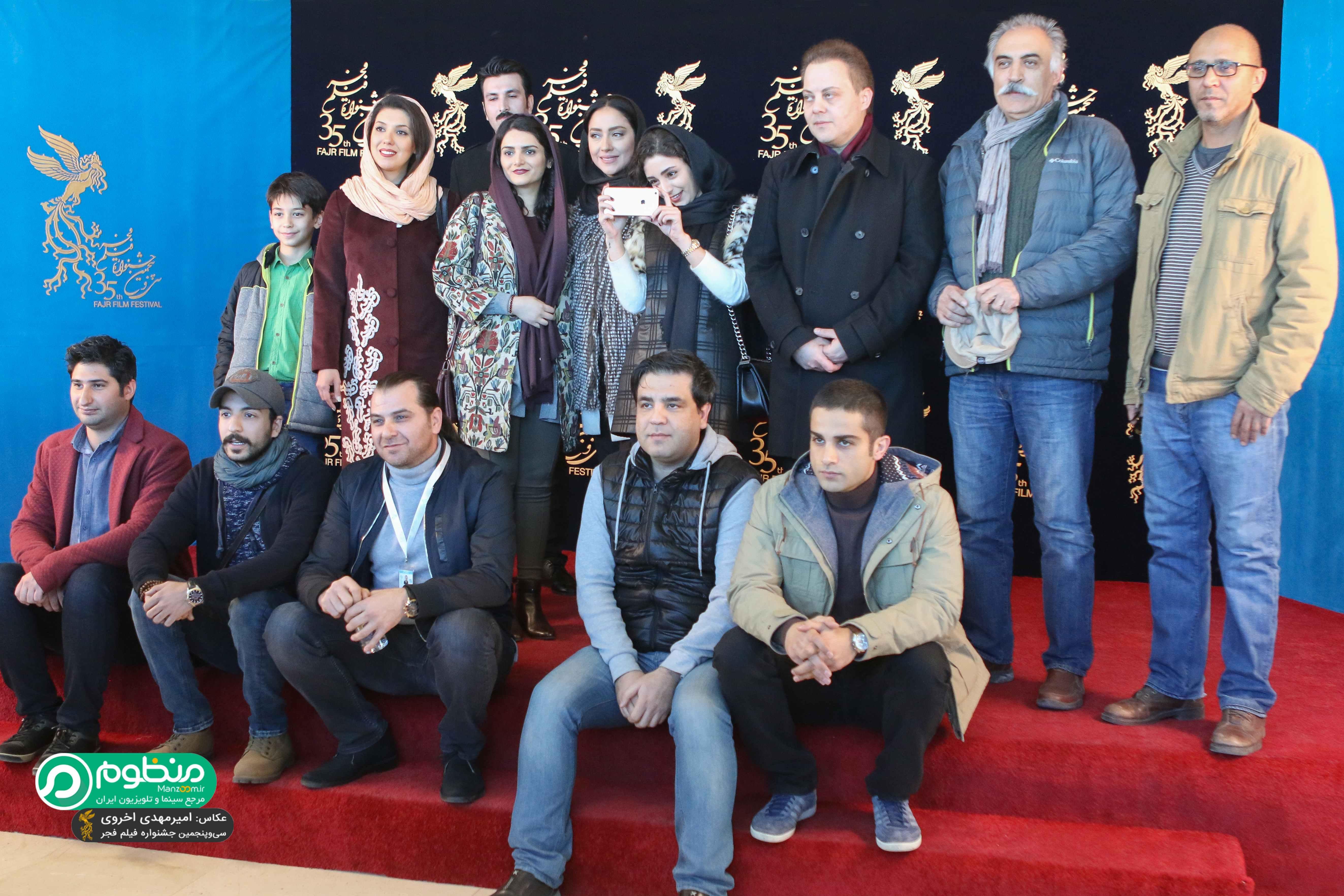 آرمان درویش در فرش قرمز فیلم سینمایی کمدی انسانی به همراه علیرضا شجاعنوری، محمدهادی کریمی، بهاره کیانافشار و هستی مهدویفر