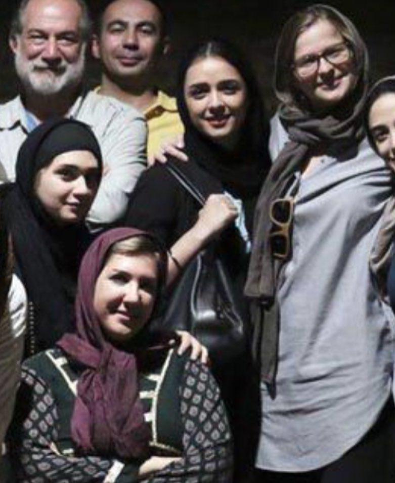 تصویری از آتیلا پسیانی، بازیگر و مهمان سینما و تلویزیون در پشت صحنه یکی از آثارش به همراه ترانه علیدوستی