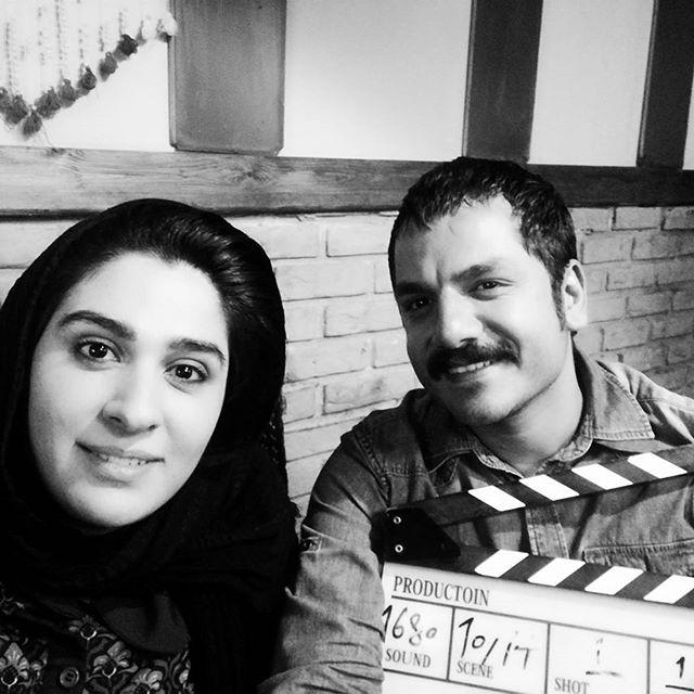تصویری از عباس غزالی، بازیگر و کارشناس سینما و تلویزیون در پشت صحنه یکی از آثارش به همراه سوده ازقندی