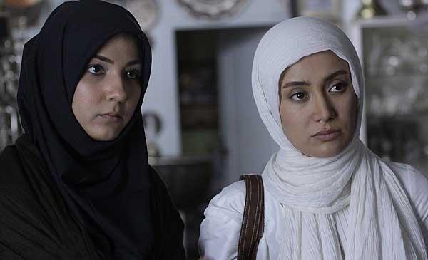 سارا نازپرور صوفیانی در صحنه سریال تلویزیونی مرد نقرهای به همراه بهاره افشاری