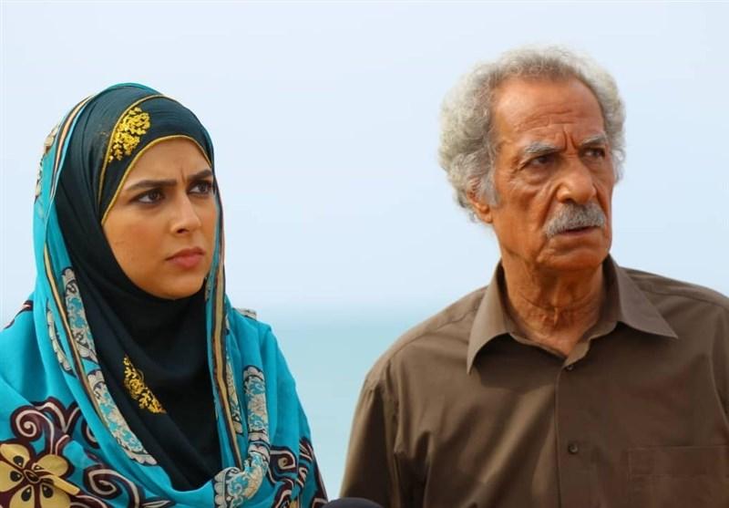 فرشته سرابندی در صحنه سریال تلویزیونی به رنگ خاک به همراه سیاوش طهمورث