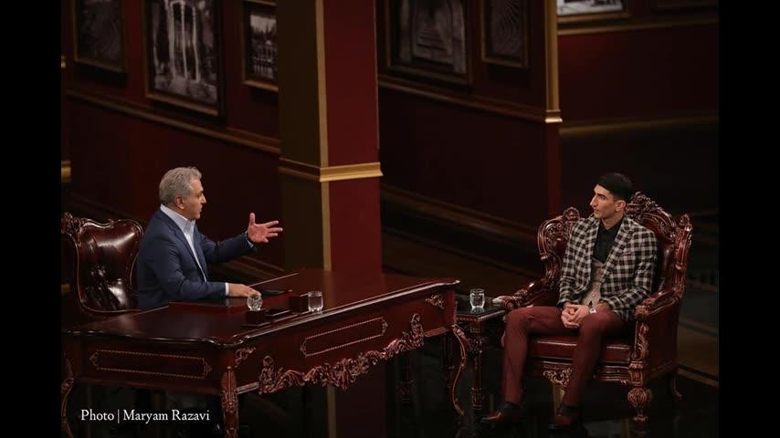 مهران مدیری در صحنه برنامه تلویزیونی دورهمی فصل چهارم به همراه علیرضا بیرانوند