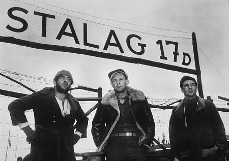 Robert Strauss در صحنه فیلم سینمایی بازداشتگاه 17 به همراه Harvey Lembeck و ویلیام هولدن