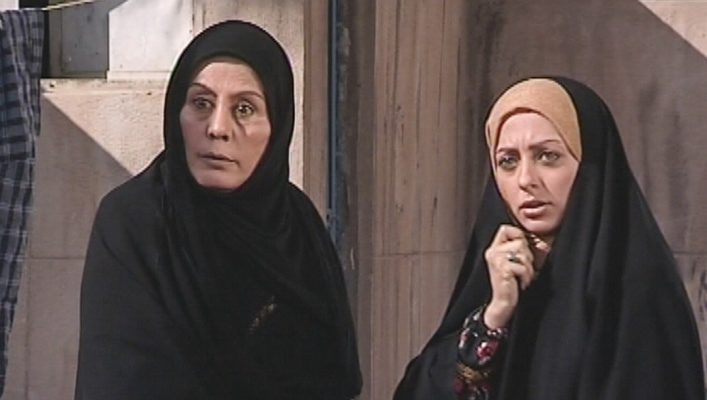 مهوش افشارپناه در صحنه سریال تلویزیونی قفسی برای پرواز به همراه نفیسه روشن