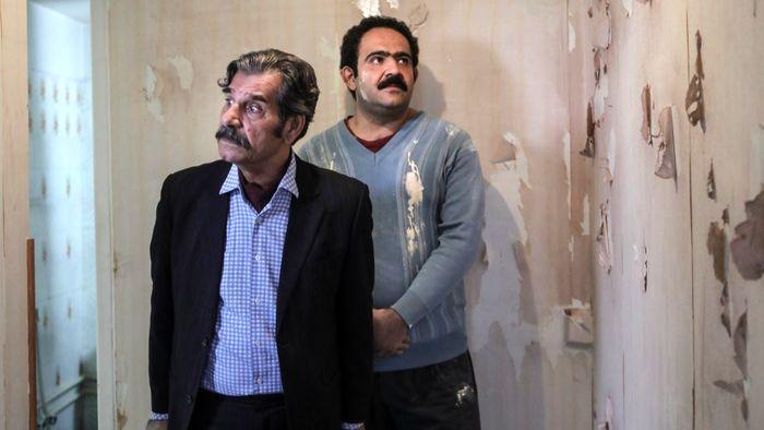 بهادر مالکی در صحنه سریال تلویزیونی زیر همکف به همراه عزتالله مهرآوران