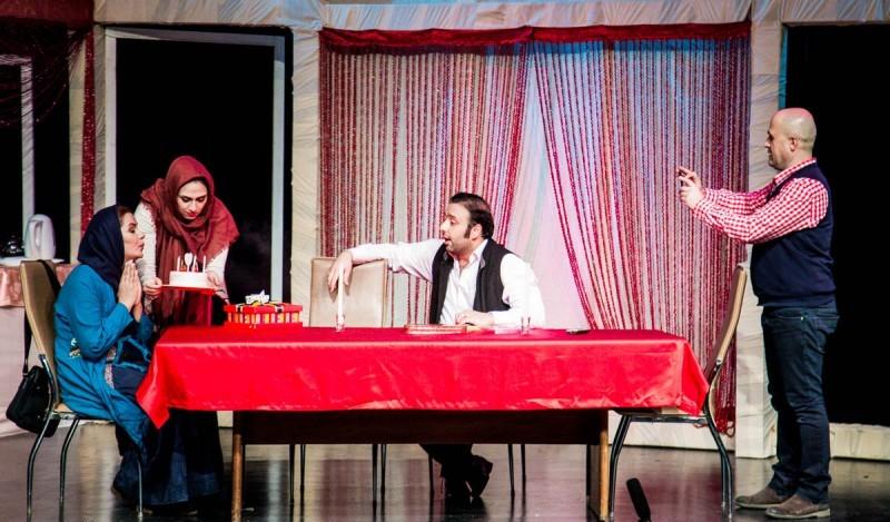 تصویری از مرجان قمری، بازیگر سینما و تلویزیون در حال بازیگری سر صحنه یکی از آثارش