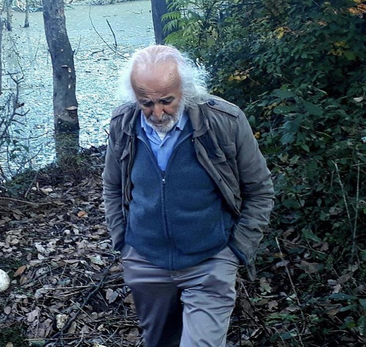 تصویری از تیمور احسانی، بازیگر سینما و تلویزیون در حال بازیگری سر صحنه یکی از آثارش