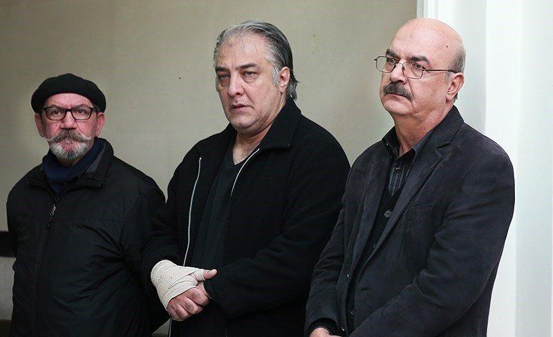 تصویری از ایرج نوذری، بازیگر سینما و تلویزیون در حال بازیگری سر صحنه یکی از آثارش به همراه حمید جبلی