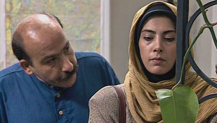 لادن طباطبایی در صحنه سریال تلویزیونی سر نخ به همراه محمدرضا داوودنژاد