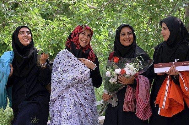 فلور نظری در صحنه سریال تلویزیونی آسمان همیشه ابری نیست به همراه سمیرا حسینی، لیلا بلوکات و حدیثه تهرانی
