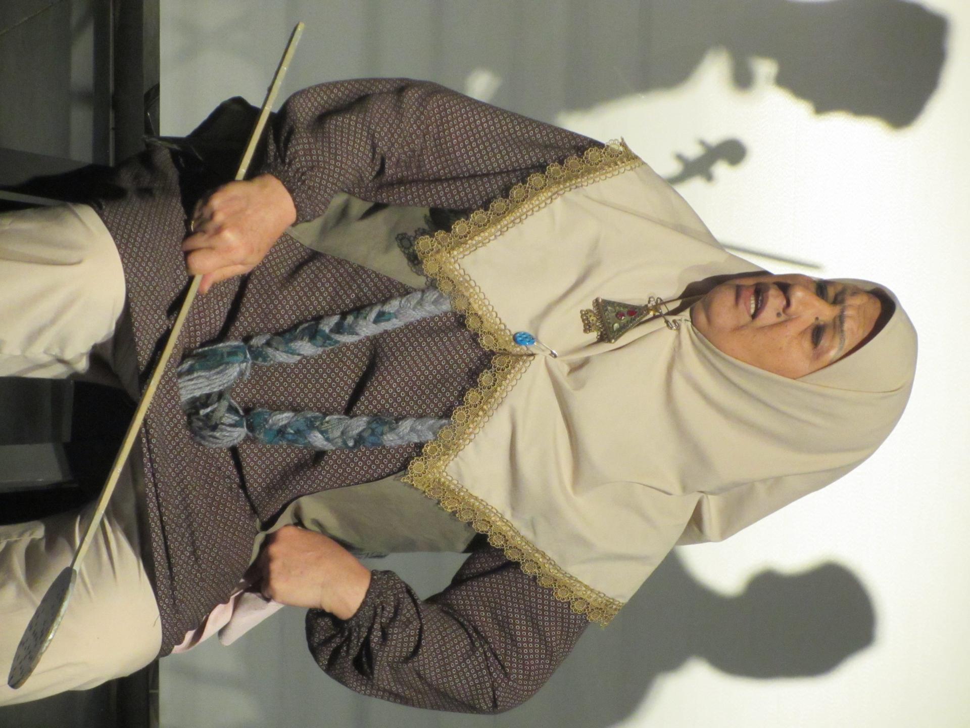 تصویری از جمیله ستودهنیا، بازیگر سینما و تلویزیون در حال بازیگری سر صحنه یکی از آثارش