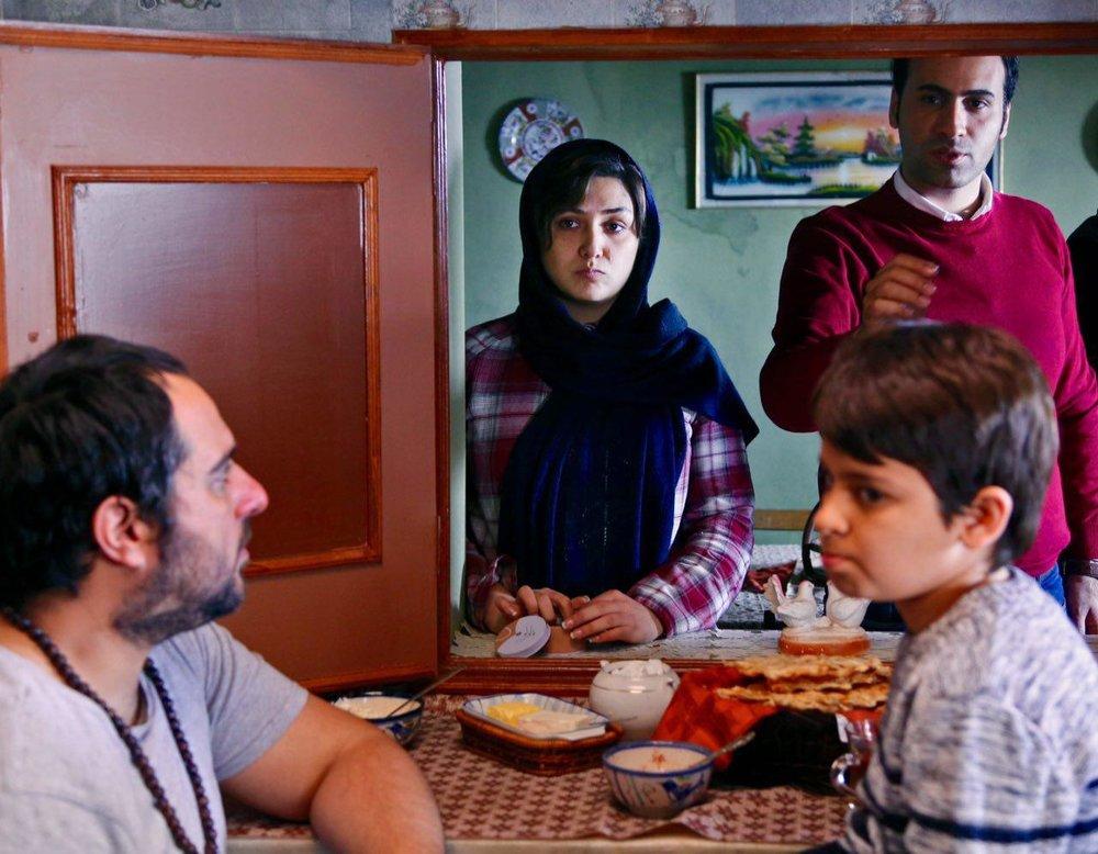 مجیدرضا مصطفوی در صحنه فیلم سینمایی آستیگمات به همراه باران کوثری