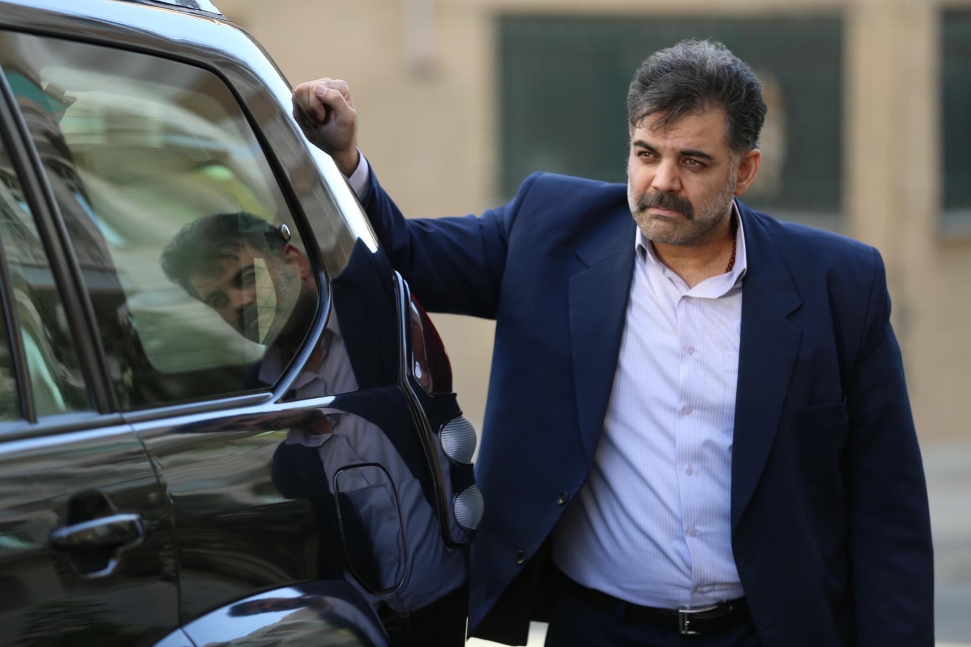 تصویری از سعید دولتی، بازیگر و دستیار کارگردان سینما و تلویزیون در حال بازیگری سر صحنه یکی از آثارش
