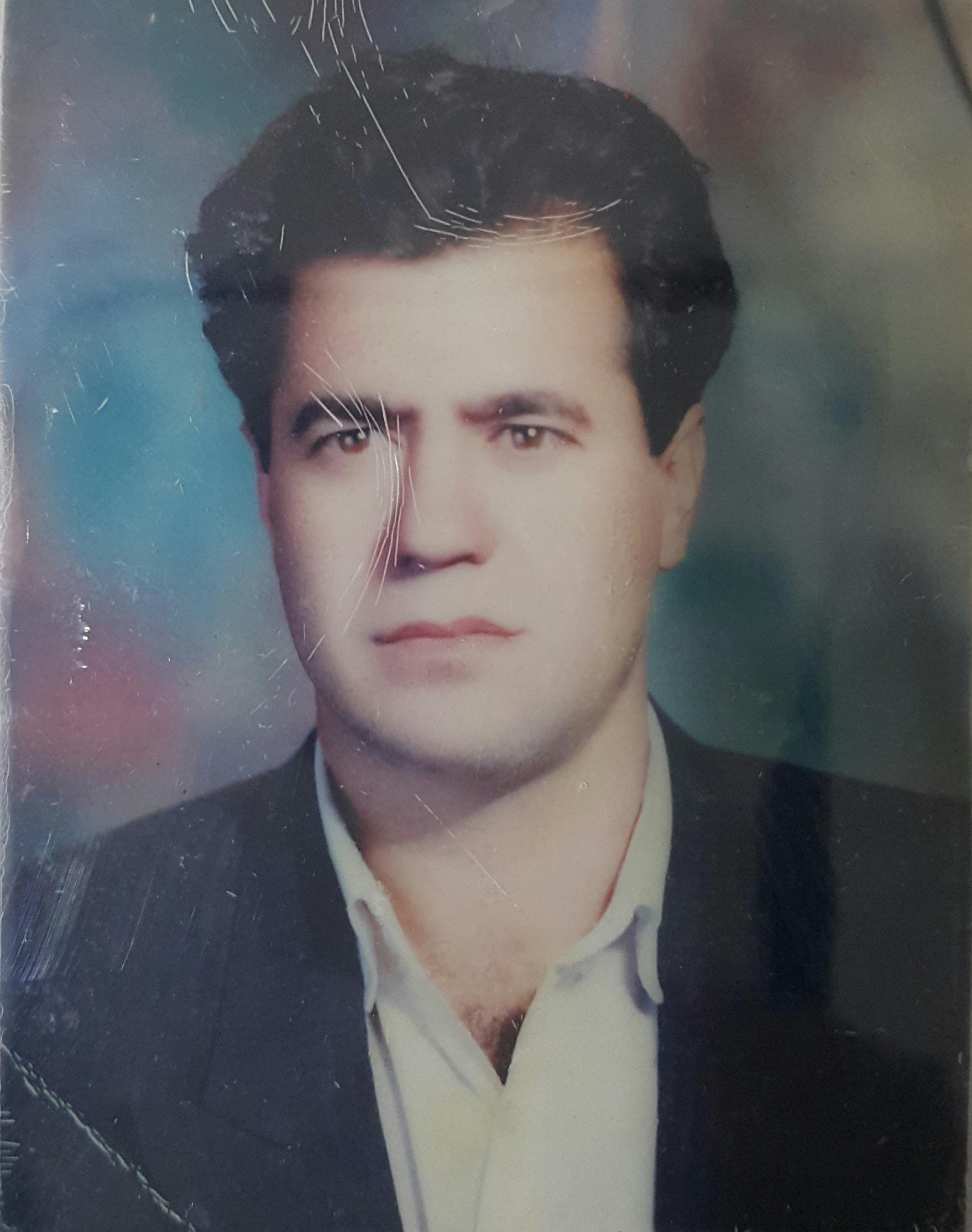 تصویری از محمد اکرمیه، تهیه کننده و بازیگر سینما و تلویزیون در حال بازیگری سر صحنه یکی از آثارش