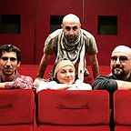 تصویری از تینو صالحی، بازیگر سینما و تلویزیون در پشت صحنه یکی از آثارش به همراه بهنوش بختیاری، سینا رازانی و امیرکاوه آهنجان