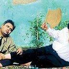 تصویری از محمدعلی کشاورز، بازیگر و کارگردان سینما و تلویزیون در حال بازیگری سر صحنه یکی از آثارش به همراه اکبر عبدی