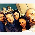 تصویری از مینا ساداتی، بازیگر سینما و تلویزیون در پشت صحنه یکی از آثارش