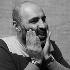 تصویری از تینو صالحی، بازیگر سینما و تلویزیون در پشت صحنه یکی از آثارش