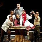 تصویری از تینو صالحی، بازیگر سینما و تلویزیون در حال بازیگری سر صحنه یکی از آثارش به همراه نادر فلاح