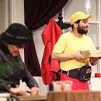 تصویری از سینا کرمی، بازیگر سینما و تلویزیون در حال بازیگری سر صحنه یکی از آثارش
