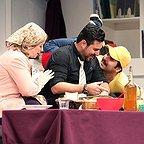 تصویری از سینا کرمی، بازیگر سینما و تلویزیون در حال بازیگری سر صحنه یکی از آثارش به همراه محسن کیایی