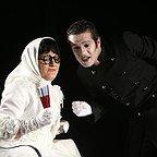 تصویری از مجتبی پیرزاده، بازیگر سینما و تلویزیون در حال بازیگری سر صحنه یکی از آثارش به همراه لیلا برخورداری