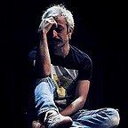 تصویری از کاظم سیاحی، بازیگر و گوینده سینما و تلویزیون در حال بازیگری سر صحنه یکی از آثارش
