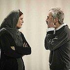 تصویری از کاظم سیاحی، بازیگر و گوینده سینما و تلویزیون در حال بازیگری سر صحنه یکی از آثارش به همراه نازنین فراهانی