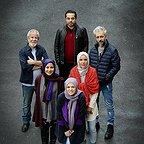 تصویری از کاظم سیاحی، بازیگر و گوینده سینما و تلویزیون در پشت صحنه یکی از آثارش به همراه نازنین فراهانی، فرشته صدرعرفایی، سام قریبیان و مسعود کرامتی