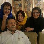 تصویری از محمدعلی کشاورز، بازیگر و کارگردان سینما و تلویزیون در حال بازیگری سر صحنه یکی از آثارش به همراه مریم امیرجلالی و آناهیتا نعمتی