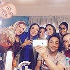 تصویری از پریسا مقتدی، بازیگر سینما و تلویزیون در پشت صحنه یکی از آثارش به همراه نیلوفر هوشمند، امیرحسین رستمی و امیر کاظمی