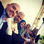 تصویری از پریسا مقتدی، بازیگر سینما و تلویزیون در پشت صحنه یکی از آثارش به همراه امیر کاظمی، فرخنده فرمانیزاده، سروش صحت و کاظم سیاحی