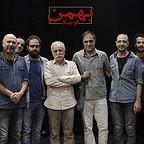 تصویری از علی شفیعی ثابت، چهرهپرداز و بازیگر سینما و تلویزیون در پشت صحنه یکی از آثارش به همراه حسن فتحی، امیرسلطان احمدی، عبدالله اسکندری، مهران نائل و محمد بحرانی