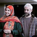 تصویری از پریسا مقتدی، بازیگر سینما و تلویزیون در حال بازیگری سر صحنه یکی از آثارش به همراه کاظم سیاحی