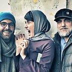 تصویری از علی شفیعی ثابت، چهرهپرداز و بازیگر سینما و تلویزیون در پشت صحنه یکی از آثارش به همراه عبدالله اسکندری و پریناز ایزدیار