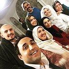 تصویری از پریسا مقتدی، بازیگر سینما و تلویزیون در پشت صحنه یکی از آثارش به همراه امیر کاظمی، آتنه فقیهنصیری، سروش صحت، امیرحسین رستمی و مریم سرمدی