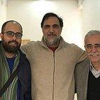تصویری از علی شفیعی ثابت، چهرهپرداز و بازیگر سینما و تلویزیون در پشت صحنه یکی از آثارش به همراه عبدالله اسکندری و حسن فتحی