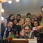 تصویری از پریسا مقتدی، بازیگر سینما و تلویزیون در پشت صحنه یکی از آثارش به همراه سیدمهرداد ضیایی، هومن برقنورد و سارا خوئینیها
