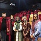 تصویری از آزاده اسماعیلخانی، بازیگر سینما و تلویزیون در پشت صحنه یکی از آثارش به همراه فرزین محدث و گوهر خیراندیش