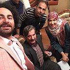 تصویری از پریسا مقتدی، بازیگر سینما و تلویزیون در پشت صحنه یکی از آثارش به همراه عزتالله مهرآوران و سیدهومن شاهی