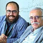 تصویری از علی شفیعی ثابت، چهرهپرداز و بازیگر سینما و تلویزیون در پشت صحنه یکی از آثارش به همراه عبدالله اسکندری
