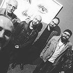 تصویری از علی شفیعی ثابت، چهرهپرداز و بازیگر سینما و تلویزیون در پشت صحنه یکی از آثارش به همراه عبدالله اسکندری و بابک اسکندری