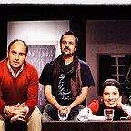 تصویری از علی سرابی، بازیگر و گوینده سینما و تلویزیون در حال بازیگری سر صحنه یکی از آثارش به همراه آیدا کیخایی، باران کوثری و احمد مهرانفر